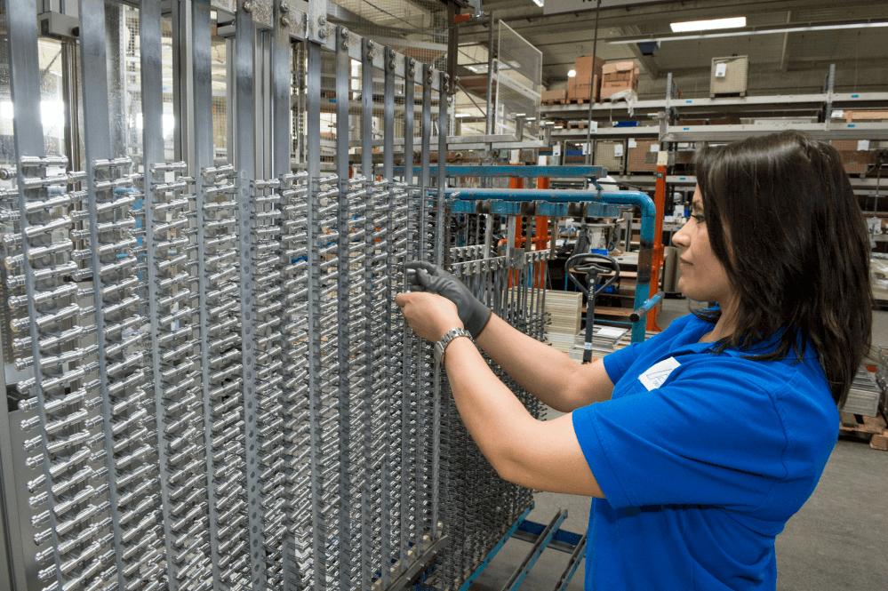 60 Millionen Ventilschieber für Automatikgetriebe pro Jahr wollen erst einmal vor der Beschichtung geklemmt sein.