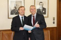 Staatssekretär Thomas Rachel (li.) übergibt Heimbachs Geschäftsführer Peter Michels die Urkunde zum Bewilligungsbescheid