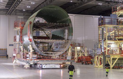 Der KUKA omniMove bewegt riesige Flugzeugteile im Hangar der Airbus Operations GmbH in Hamburg-Finkenwerder.