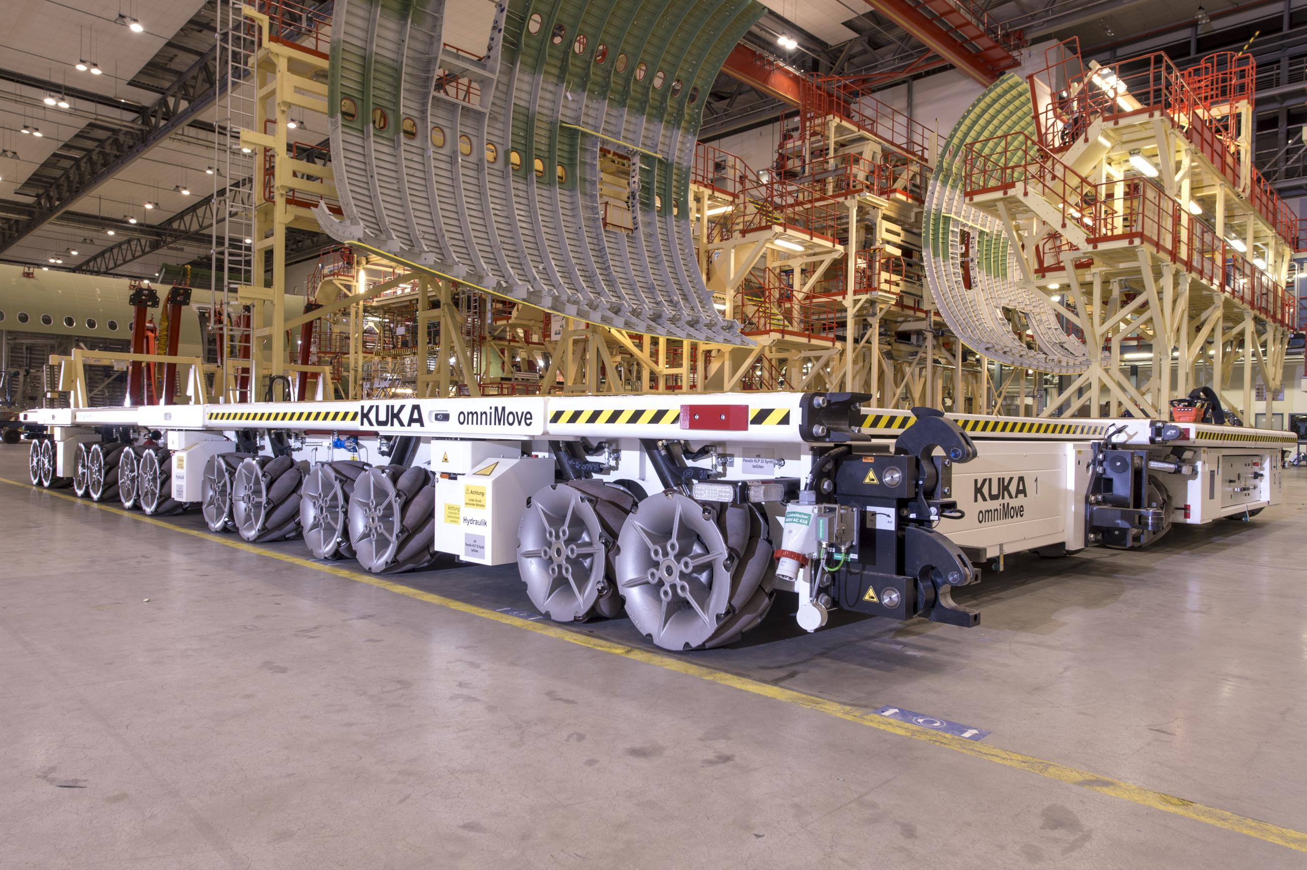 Zwei KUKA omniMove tragen wesentlich zur Flexibilisierung der Fertigung des Airbus A380 bei.