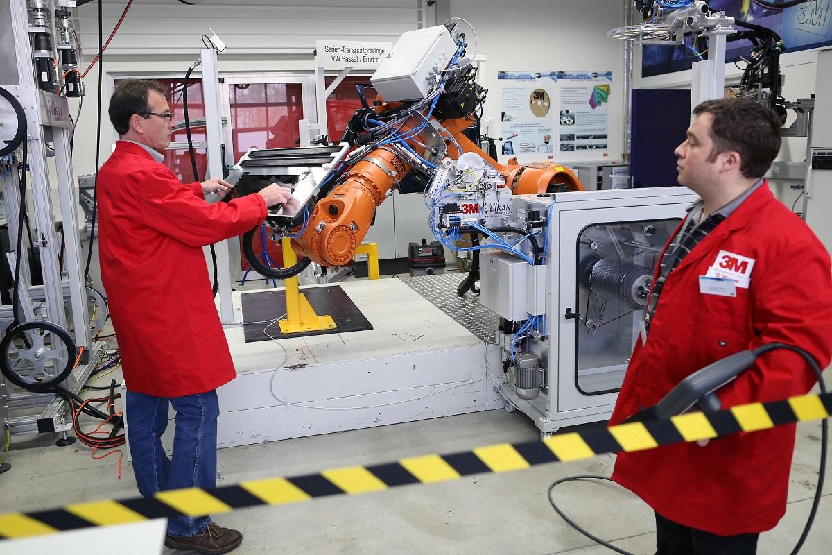 Mithilfe eines Roboters testet und demonstriert 3M Klebelösungen in seinem Automotive Trainings- und Anwendungszentrum im nordrhein-westfälischen Neuss (Quelle: 3M)