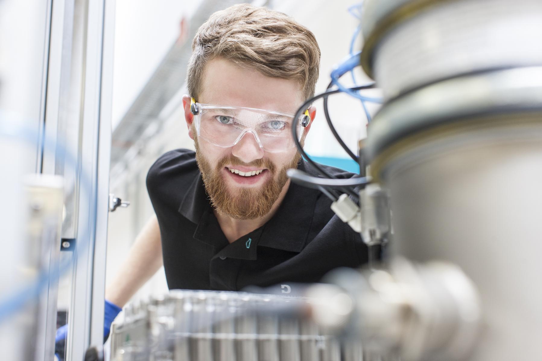 Dräxlmaier ist einer der großen Mittelständler mit Milliardenumsätzen. Das Vilsbiburger Unternehmen schafft mit exklusiven Interieur-Produkten Charakter im Fahrzeug.