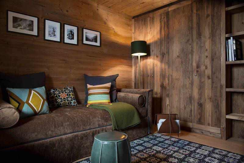 Holz und warme Farben dominieren
